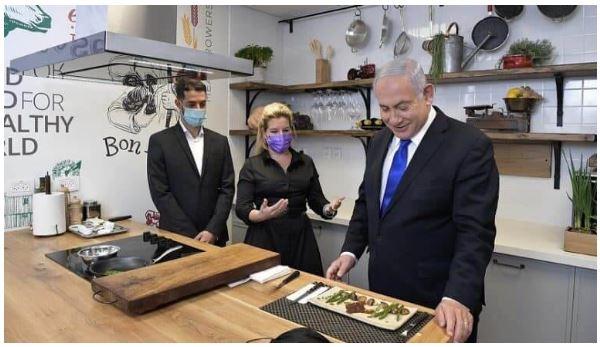 El Primer Ministro de Israel prueba el filete cultivado de Aleph Farms (fotógrafo Koby Gidon, Oficina de Prensa del Gobierno (GPO)